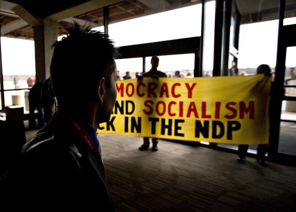 Des délégués du NPD ont déployé une bannière... (PC, Jason Franson)