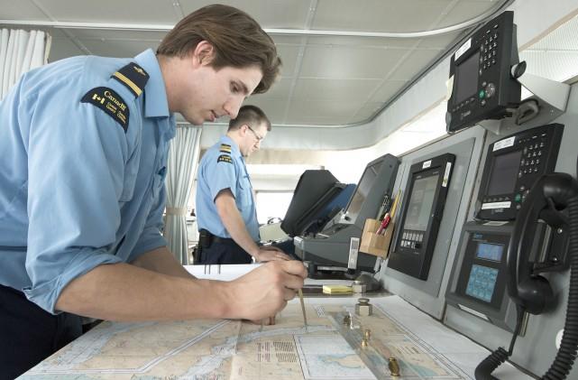 Un officier à la timonerie de la Garde... (Pêches et Océans Canada, M. Plamondon)
