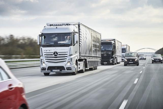 Daimler a envoyé trois poids-lourds rouler 600 km... (Photo fournie par le constructeur)