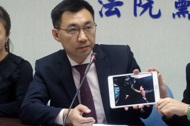 Johnny Chiang, un avocat taïwanais, montre une vidéo... (PHOTO SAM YEH, AFP)