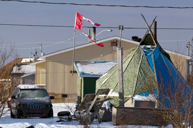 Le chef d'Attawapiskat, Bruce Shisheesh, et le conseil... (Photo Frank Gunn, archives Reuters)