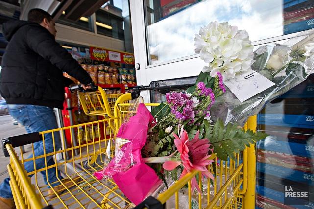 Des gens ont déposé des fleurs au Maxi... (PHOTO PATRICK SANFACON, LA PRESSE)