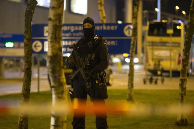 Des policiers militaires lourdement armés et encagoulés ont... (PHOTO AFP)