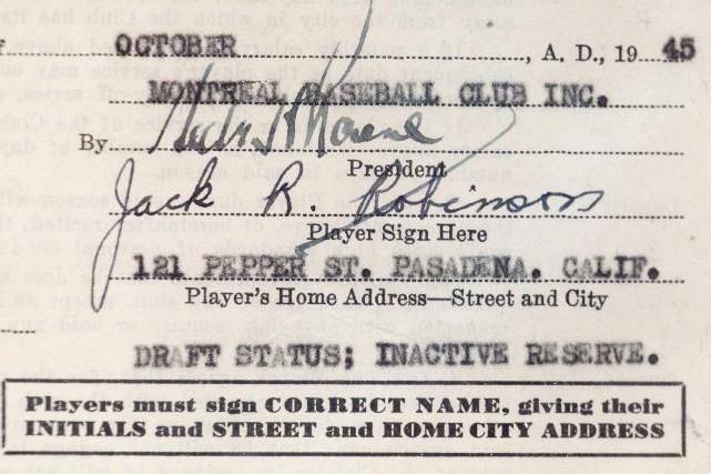 Le contrat de Jackie Robinson avec les Royaux... (Archives AP)