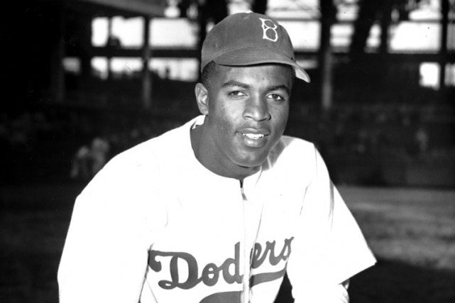 Jackie Robinson dans l'uniforme des Dodgers de Brooklyn,... (PHOTO AP)