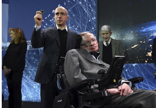 Le milliardaire russe Yuri Milner et l'astrophysicienStephen Hawking... (AFP, Timothy A. Clary)