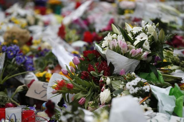 Des fleurs déposées sur la place de la... (Associated Press)