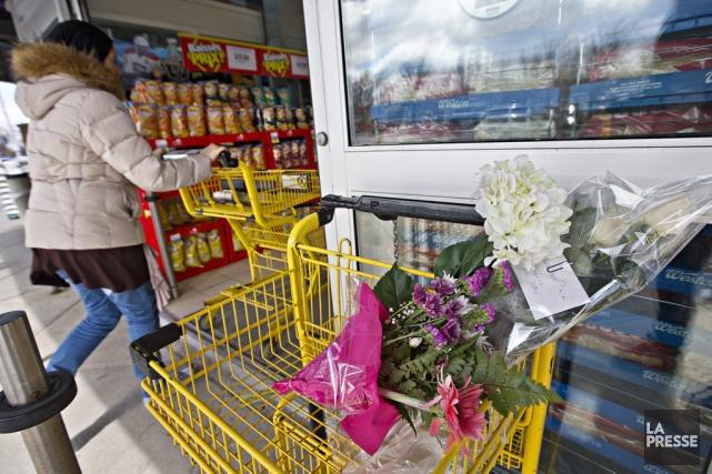 Des bouquets de fleurs avaient été déposés dans... (PHOTO PATRICK SANFACON LA PRESSE)