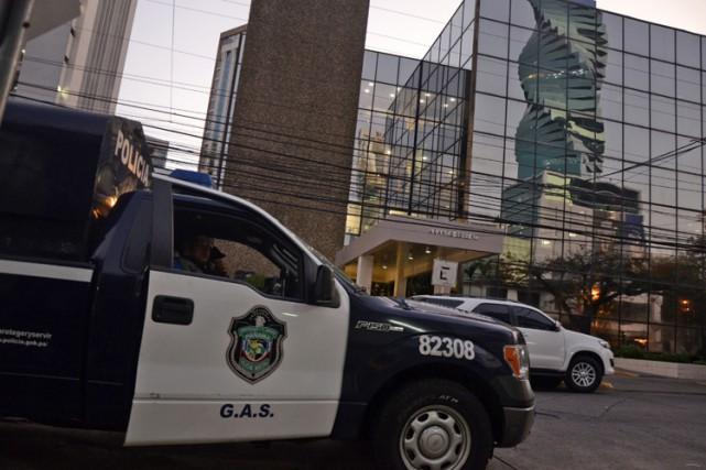 Des policiers sont postés devant les bureaux deMossack... (PHOTO AFP)