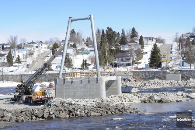 Une toute nouvelle passerelle enjambera la rivière Petite-Décharge.... (Photo Le Quotidien, Gimmy Desbiens)