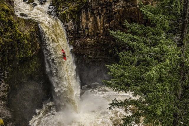 Descente vertigineuse pour Billy Thibault à Outlet Falls,... (Patrick Maheu (Pat LaChatte Productions))