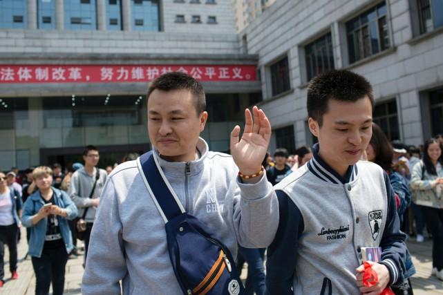 Sun Wenlin (à droite) avait poursuivi en justice... (PHOTO AFP/STR)