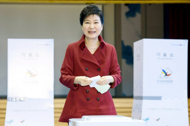 La présidente sud-coréenne Park Geun-hye enregistre son vote... (PHOTO MAISON-BLEUE/REUTERS)