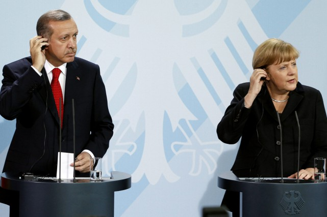 La chancelière Merkel en compagnie du président Erdogan... (Archives AP)