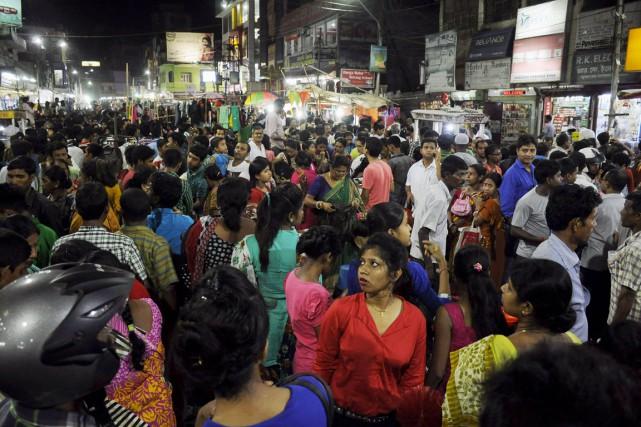 Des gens sont massés dans une rue d'Agartala,... (PHOTO ARINDAM DEY, AFP)