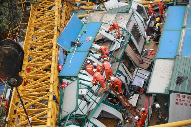 Des secouristes tentent de retrouver des survivants dans... (PHOTO AFP)