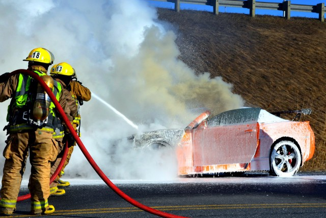 Une voiture sport de luxe a été incendiée... (Collaboration spéciale Éric Beaupré)