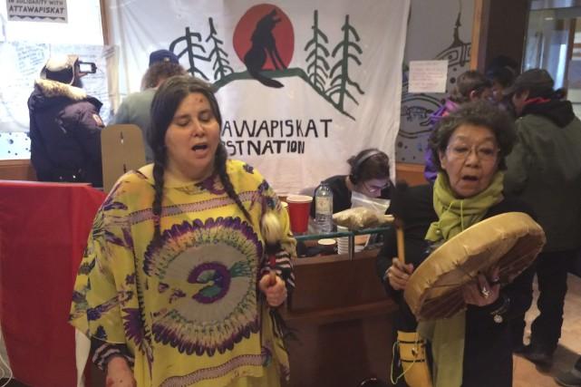 Des activistes pour les droits des autochtones ont... (La Presse Canadienne, Frank Gunn)