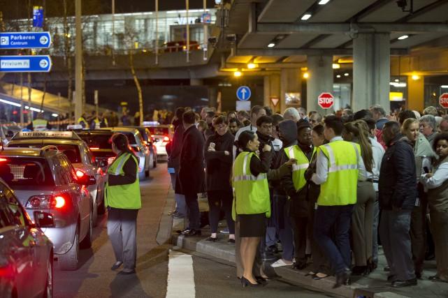 Des centaines de personnes ont été évacuéesà l'aéroport... (AP, Peter Dejong)