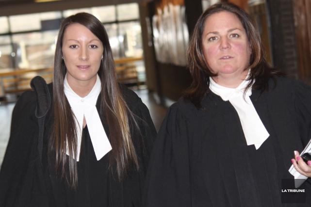 Me Stéphanie Côté (à droite sur la photo)... (La Tribune, René-Charles Quirion)