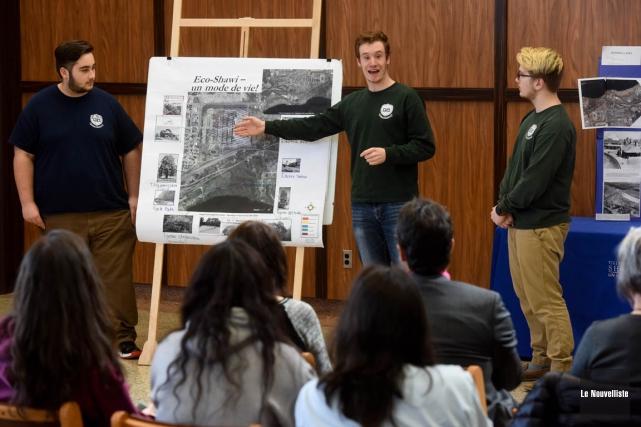 Trois des étudiants du Shawinigan High School qui... (François Gervais, Le Nouvelliste)