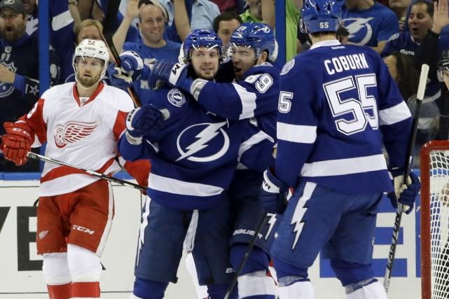 Nikita Kucherov (à gauche) a touché la cible... (Associated Press)