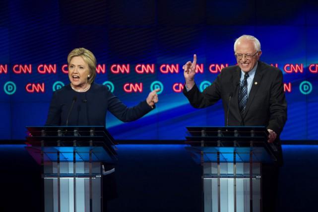 Hillary Clinton et Bernie Sanders lors d'un précédent... (Archives AP)