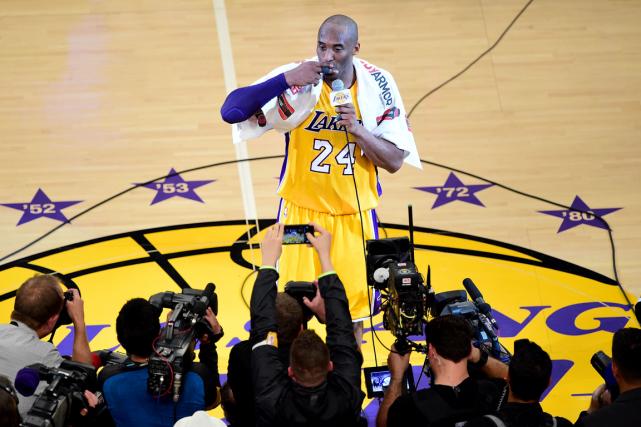 Kobe Bryant s'est adressé à la foule après... (Photo Frederic J. Brown, AFP)
