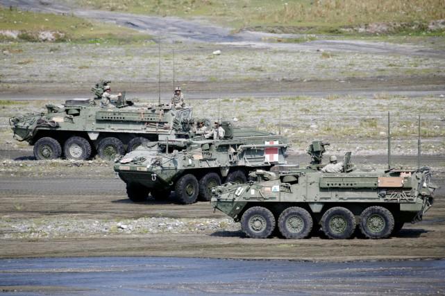 Des soldats américains à bord de véhicules blindés... (PHOTO ERIK DE CASTRO, REUTERS)