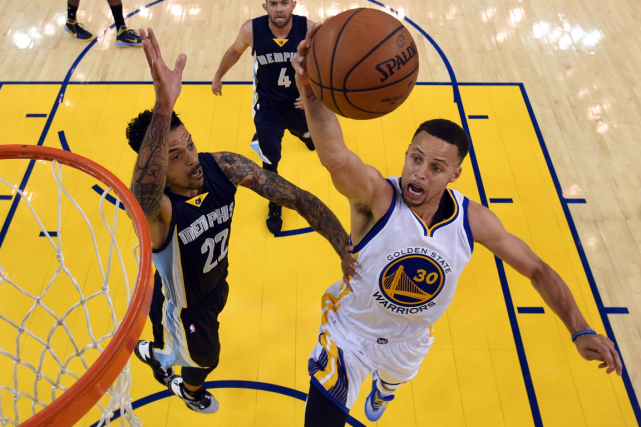 Stephen Curry (à droite) a inscrit 40 points... (Photo Kyle Terada, USA Today)