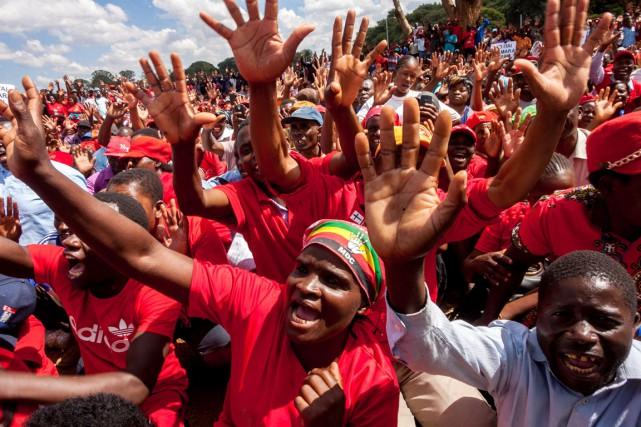 Plus de 2000 manifestants sont descendus dans la... (PHOTO JEKESAI NJIKIZANA, AFP)