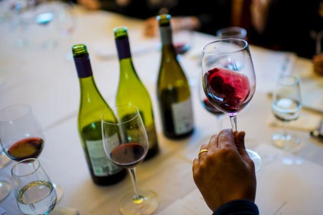 Un goûteur examine la robe d'un vin au... (PHOTO MARTIN BERNETTI, AFP)