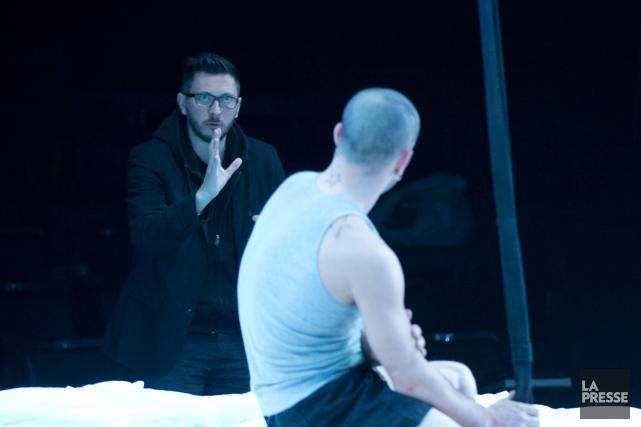 Le metteur en scène David Bobée indique qu'il... (PHOTO OLIVIER JEAN, LA PRESSE)