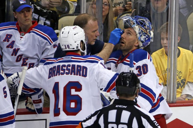 Le gardien des Rangers Henrik Lundqvist a été atteint... (Photo Gene J. Puskar, Associated Press)
