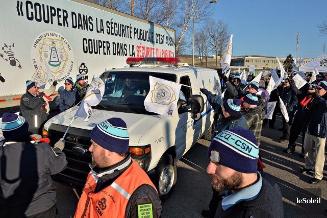 Une cinquantaine d'agents ont manifesté leur colère jeudi... (Le Soleil, Patrice Laroche)