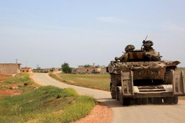 Des blindés appartenant aux forces gouvernementales patrouillent au... (PHOTO GEORGE OURFALIAN, AGENCE FRANCE-PRESSE)