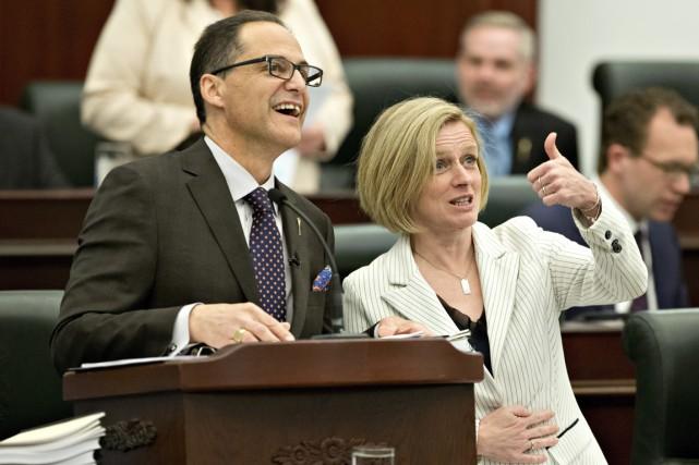 La première ministre de l'Alberta Rachel Notley félicite... (Photo Jason Franson, PC)
