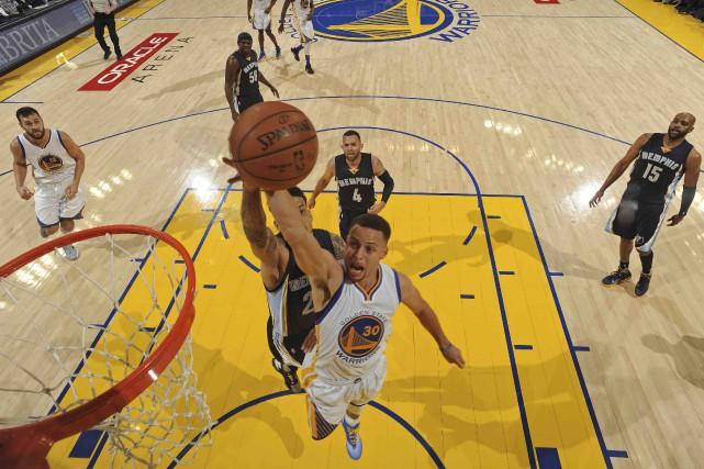 Malgré la saison record de Stephen Curry et... (AFP, Garrett Ellwood)