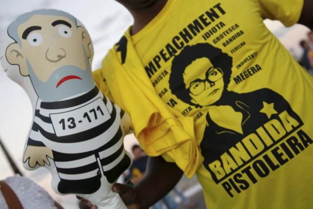De nombreux manifestants demandent la destitution de la... (AFP, Beto Barata)