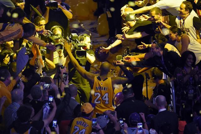 Kobe Bryant sur le chemin du vestiaire après... (AP, Mark J. Terrill)