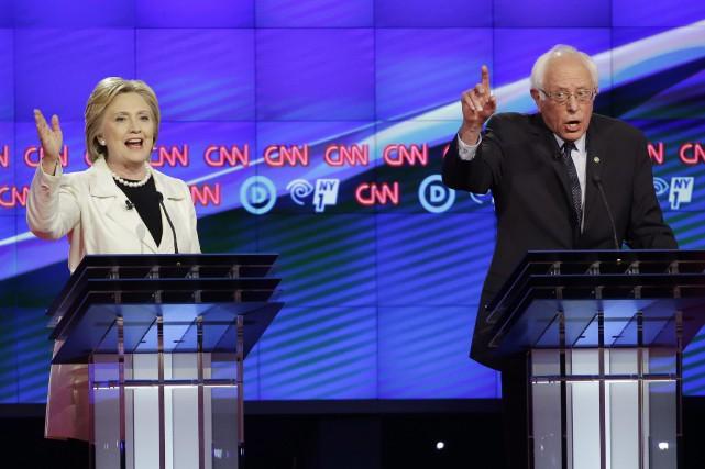 Hillary Clinton et Bernie Sanders ont débattu jeudi... (AP, Seth Wenig)
