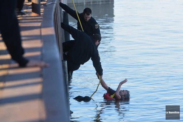 Des policiers sauvent un homme dans le fleuve (François Gervais, Le Nouvelliste)