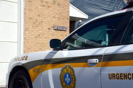 Une poignée de policiers de laSQdu poste de Drummond ont fait irruption au... (Photo collaboration spéciale, Éric Beaupré)