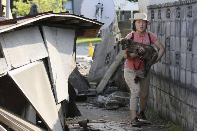 Des animaux de compagnie ont aussi été secourus.... (Associated Press, Naoya Osato)
