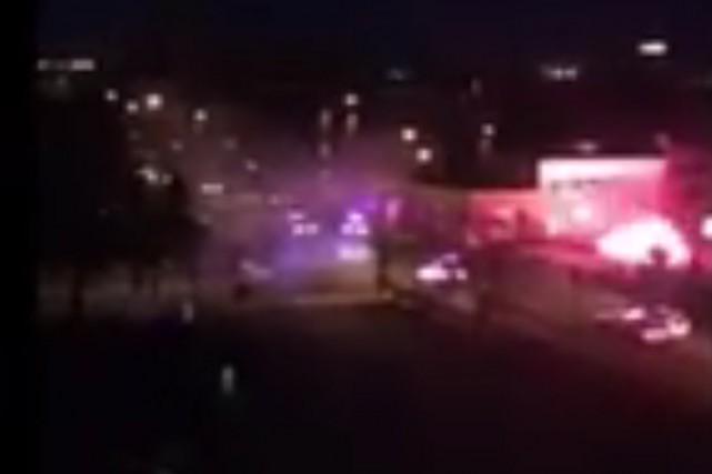 Des manifestants ont lancé des pièces pyrotechniques et... (PHOTO TIRÉE D'UNE VIDÉO PUBLIÉE SUR FACEBOOK)