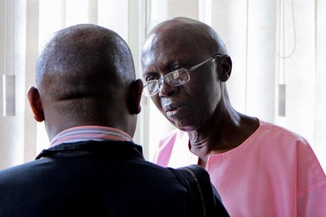 Léon Mugesera (à droite) alors qu'il discutait avec... (AFP, STEPHANIE AGLIETTI)