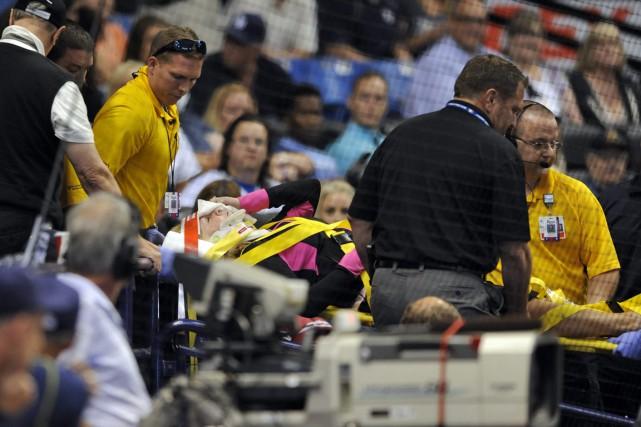 Une spectatrice qui a été atteinte par une balle au Tropicana Field était dans... (Photo AP)