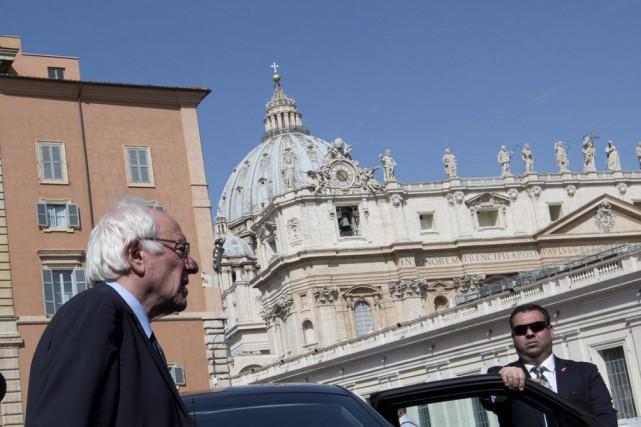Bernie Sanders a voulu faire savoir au pape... (Photo Alessandra Tarantino, AP)