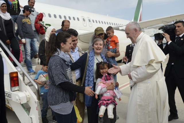 Le pape accueille les familles de réfugiés à... (Photo Filippo Monteforte, AP)