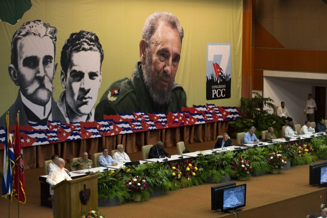 Le président cubain Raul Castro, au centre, assiste... (Photo Ismael Francisco/Cubadebate via AP)